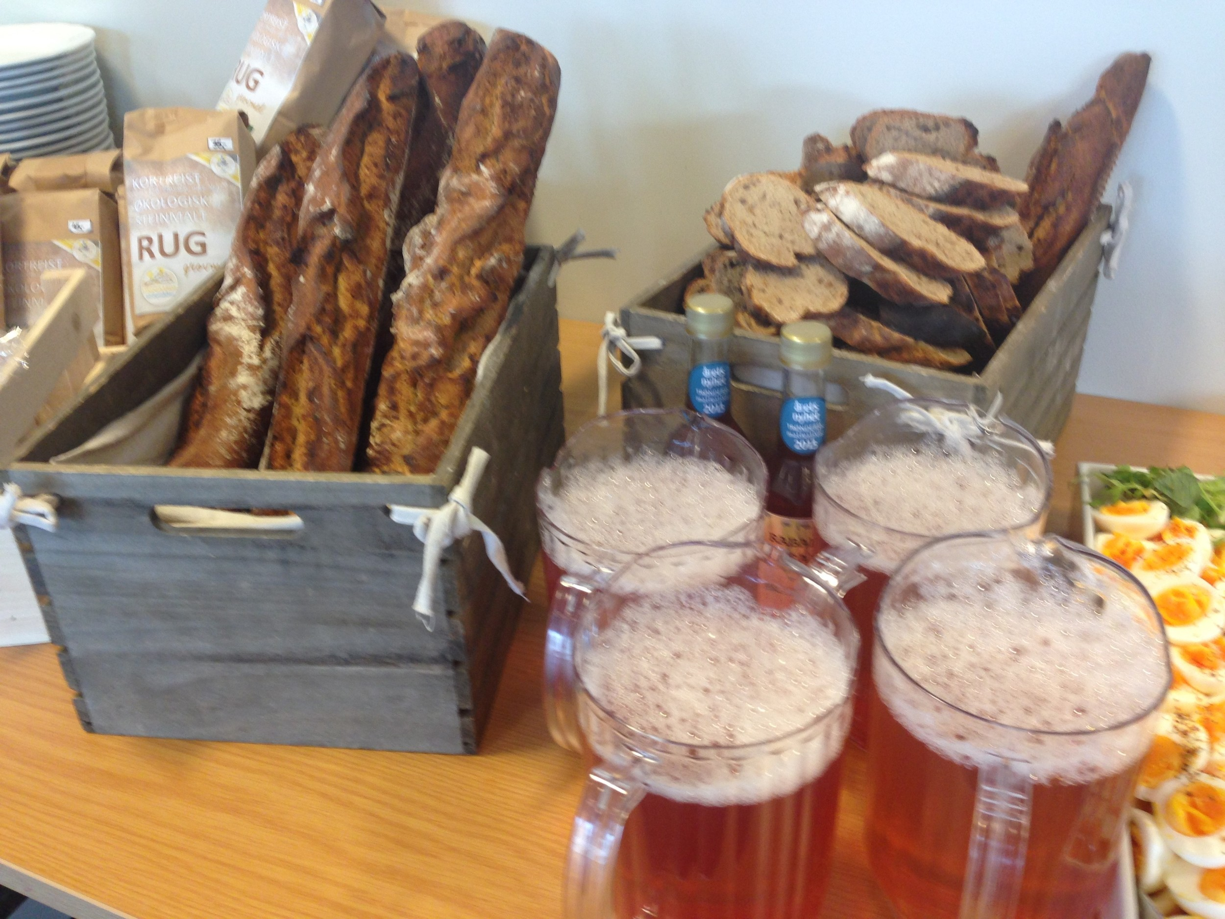 Surdeigs bagetter på lokalt mel og rabarbrasaft