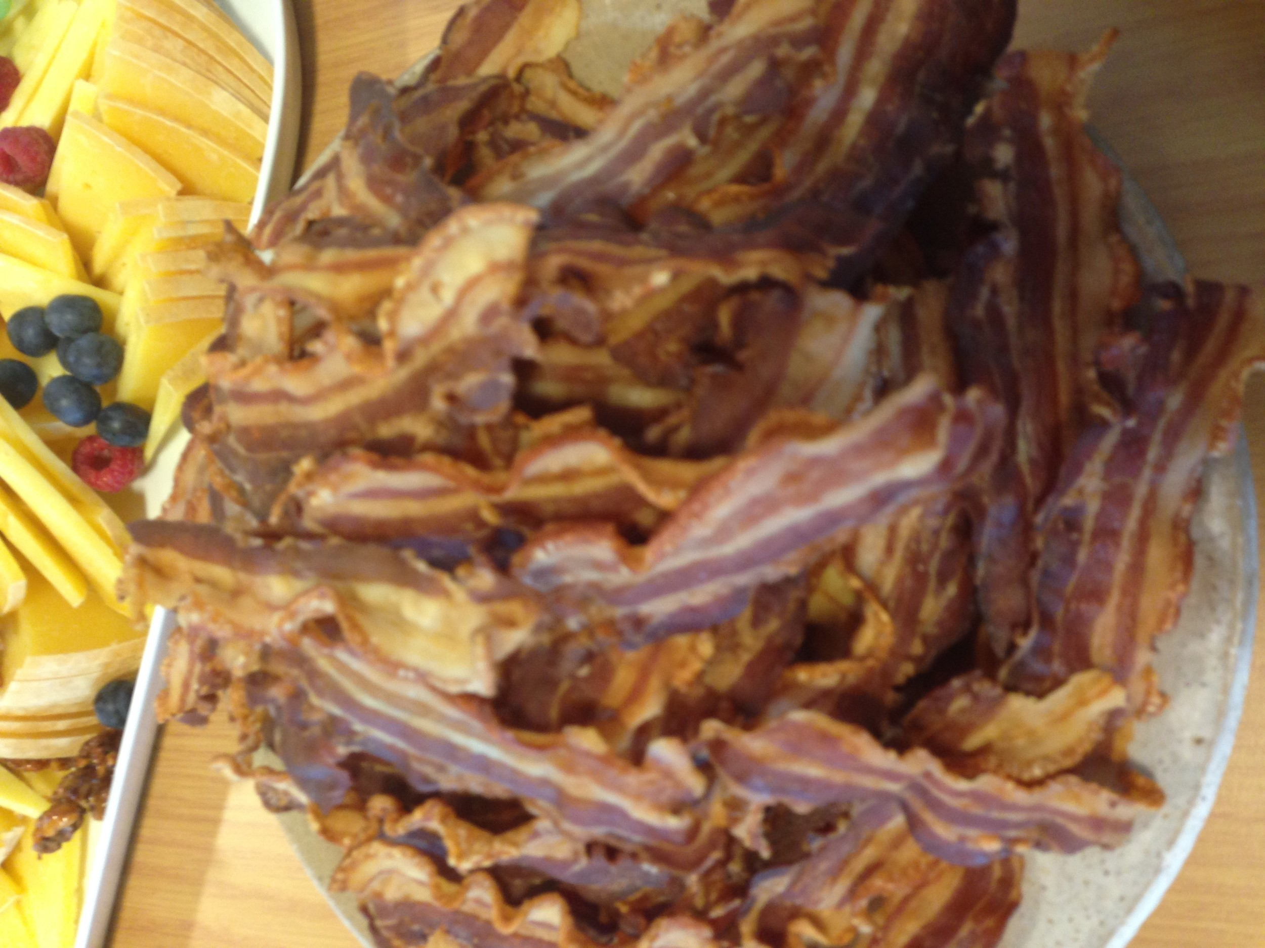 Lokale oster og sprøtt bacon fra Fosen gris.