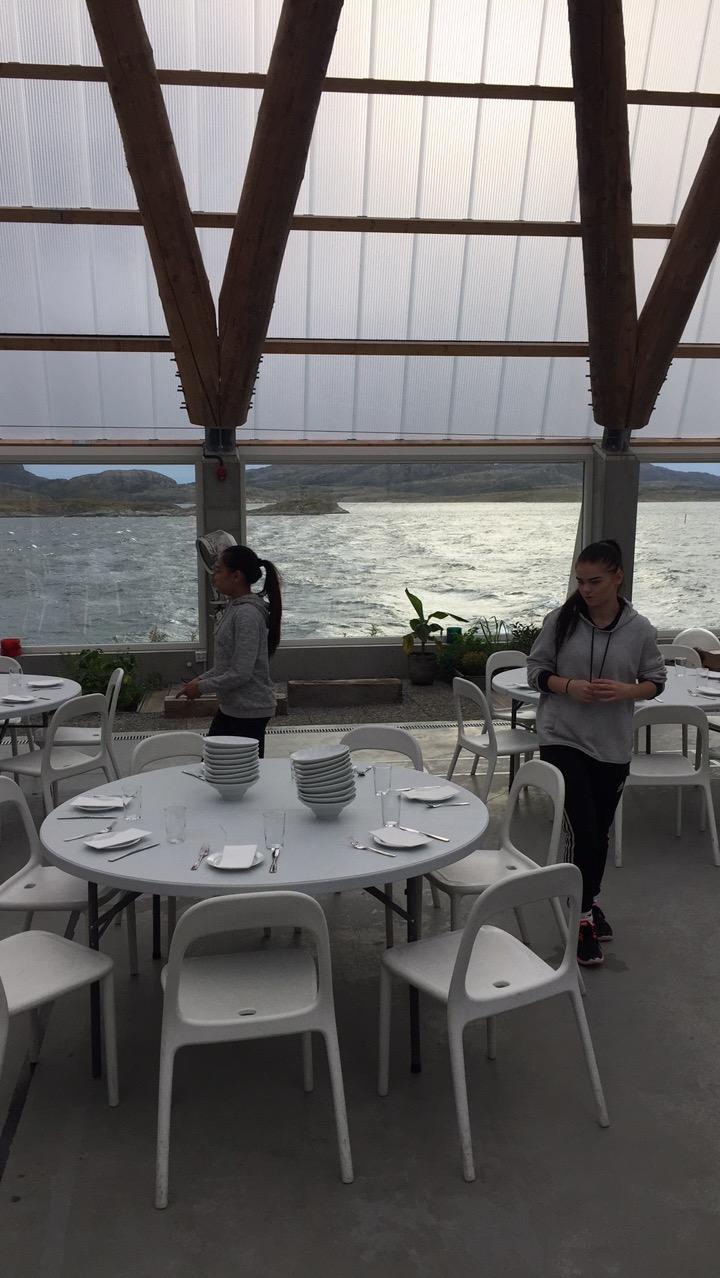 Her dekkes og forberedes til middag i Bygdeboksen 2.0 med kokker fra Strandbaren/Stokkøy sjøsenter.