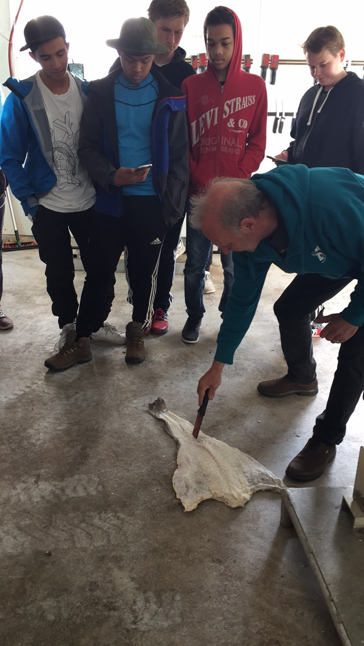 På refsnes fiskeindustri, en bedrift som stort sett driver med oppdrett av laks i dag. Tidligere var de stor på salting og tørking av fisk.