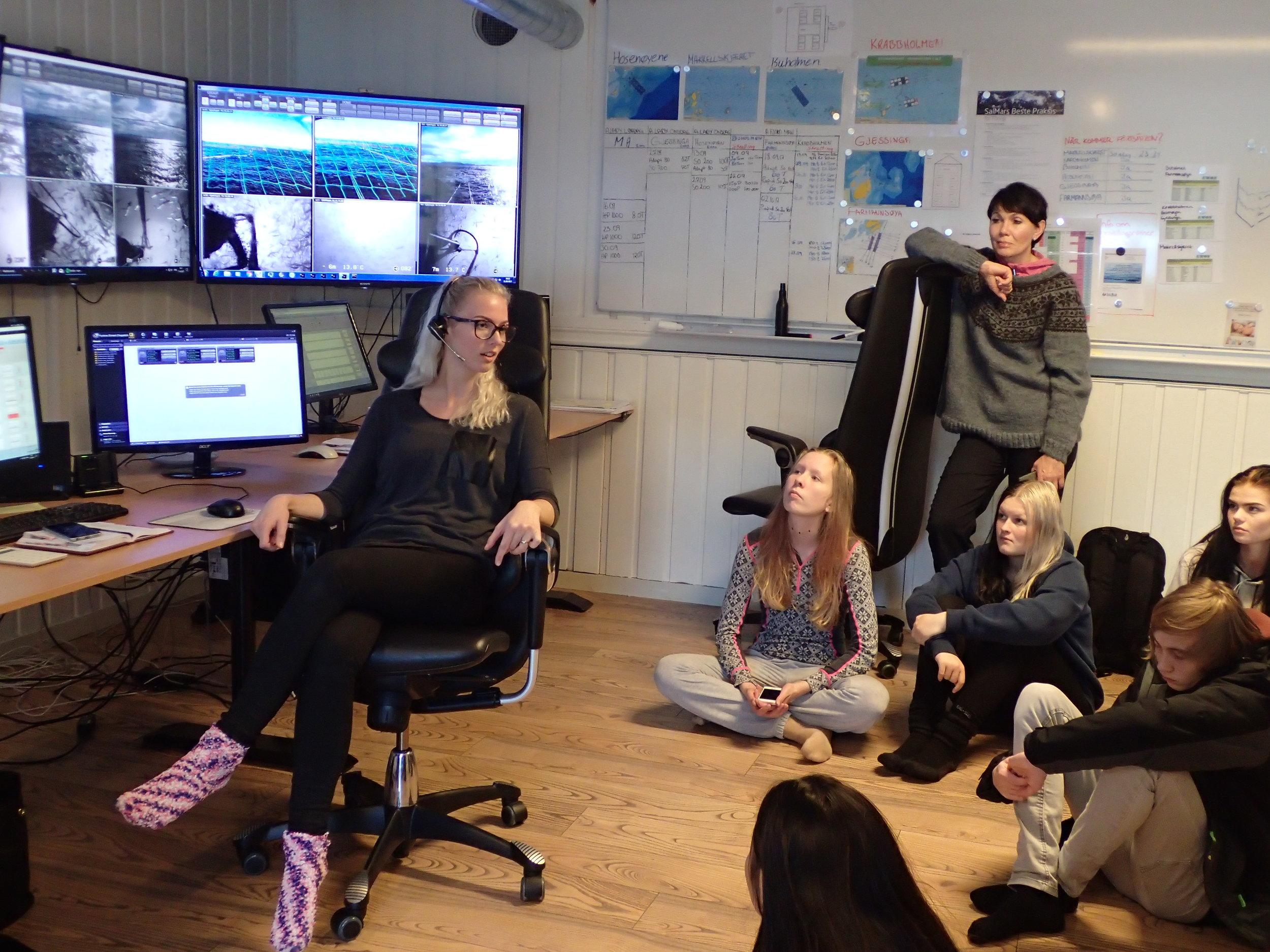 Fra kontrollrommet på SalMars fôrsenter i Herfjorden i Stokksund.