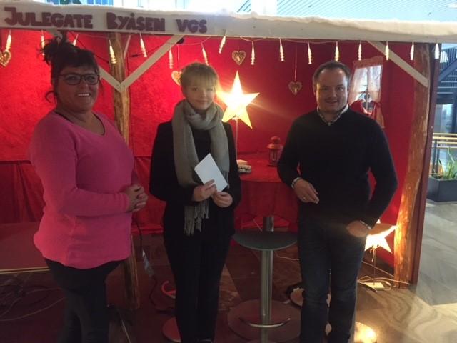 Avdelingsleder Ingrid L. Bjørvik, vinneren Vilde Snustad fra Steinerskolen i Trondheim og Steinar iversen Opplæringskontoret for hotell- og restaurantfag i Trøndelag