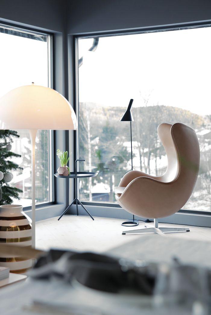 Na zdjęciu również inne klasyki designu, lampa zaprojektowana przez Vernera Pantona i wazon Kahler Omaggio, który pokochała cała Skandynawia.  Zdjęcie: domainehome.pl