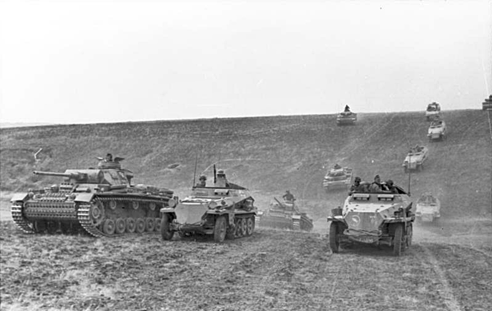 German 23rd Panzer Division in typical combined arms operation, Russia 1943. Image care of Bundesarchive.