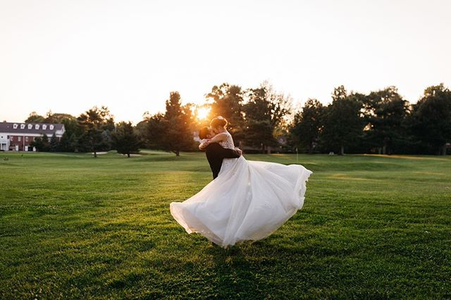 Anybody else dreaming of glowy sunsets and flowy gowns? Just me? 😌 Next weekend kicks off the 2019 wedding season with my first wedding of the year and I am beyond excited! 👊🏻 It's only been a couple of months, but man, I have MISSED spending the weekends with my couples!!!