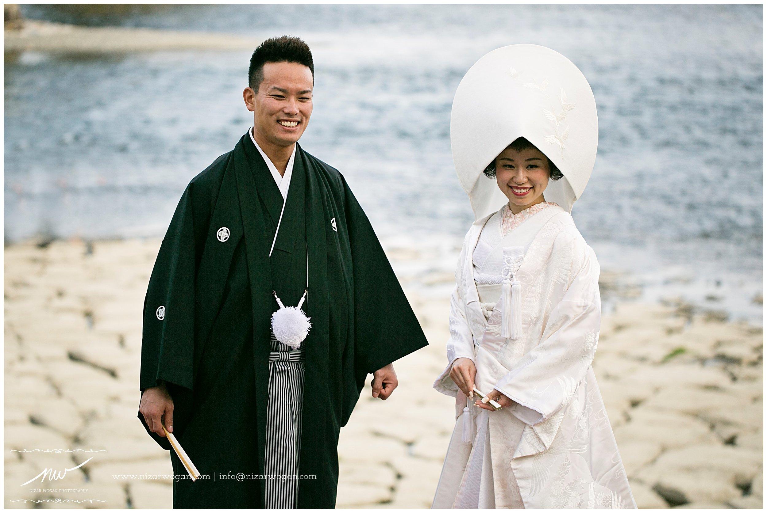 This couple was taking their pre-wedding pictures during the beautiful sakura season.