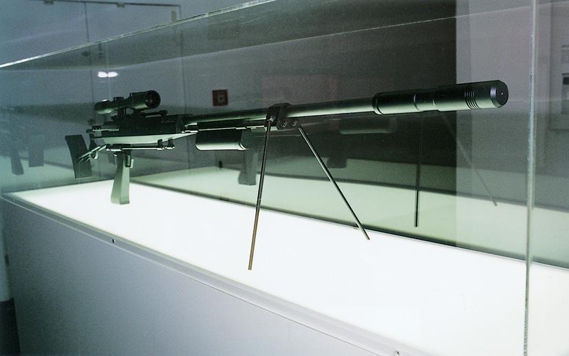 """""""ID Sniper  """" 70x50x20 inches,   3D printing, steel, aluminium, mounted in plexiglass case, Jakob S. Boeskov   @ Populism, Frankfurter Kunstverein, 2005."""