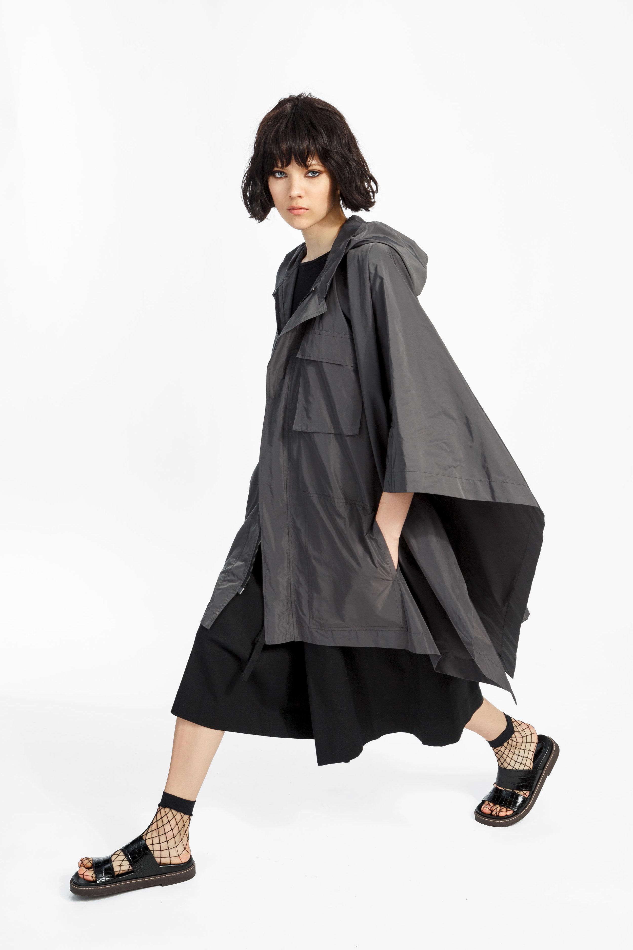Charlie - ....An oversized cape with a front zipperShop..Une cape surdimensionnée avec une fermeture éclaireMagasiner....
