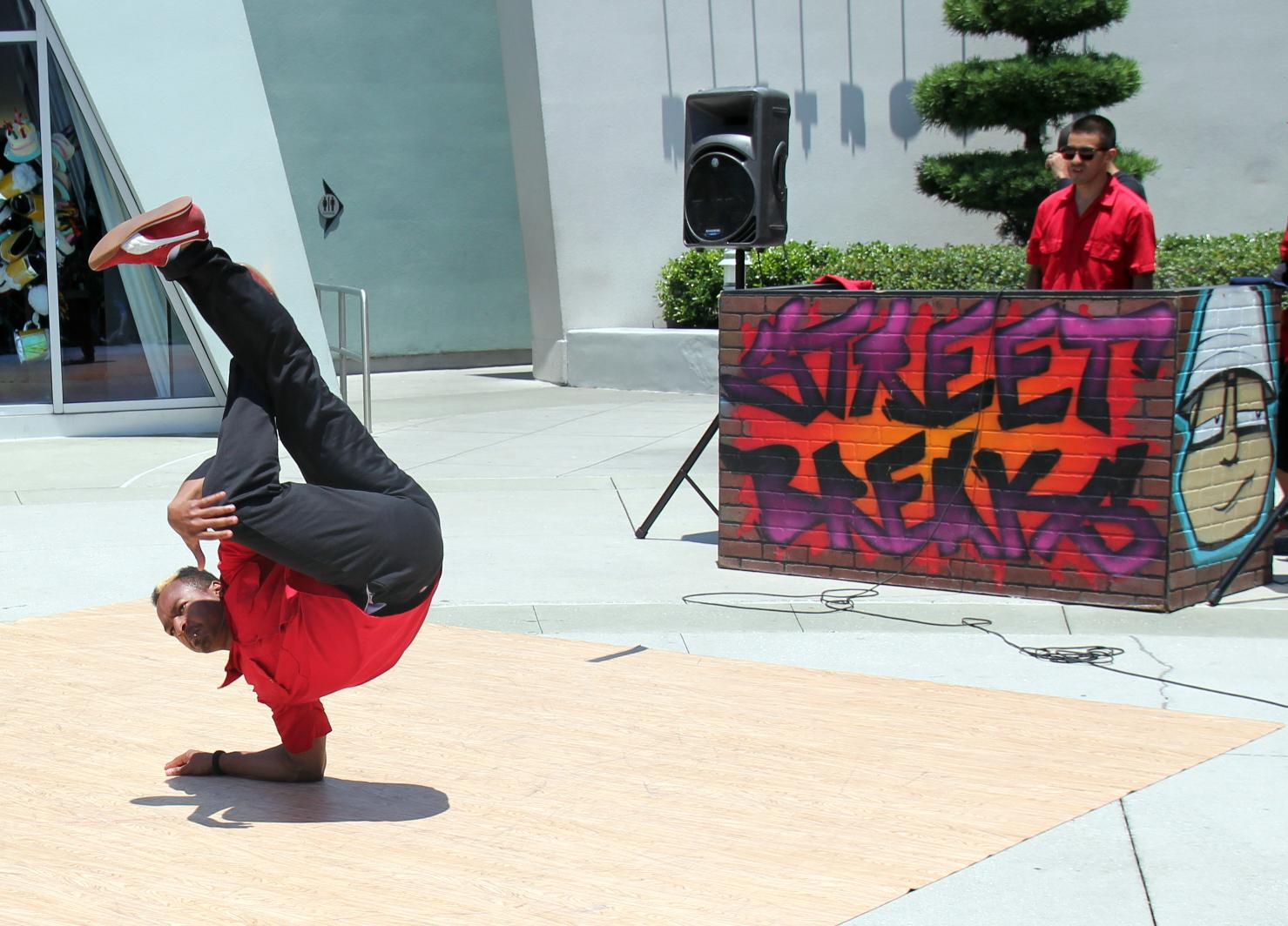 street-performers - universal studios.jpg