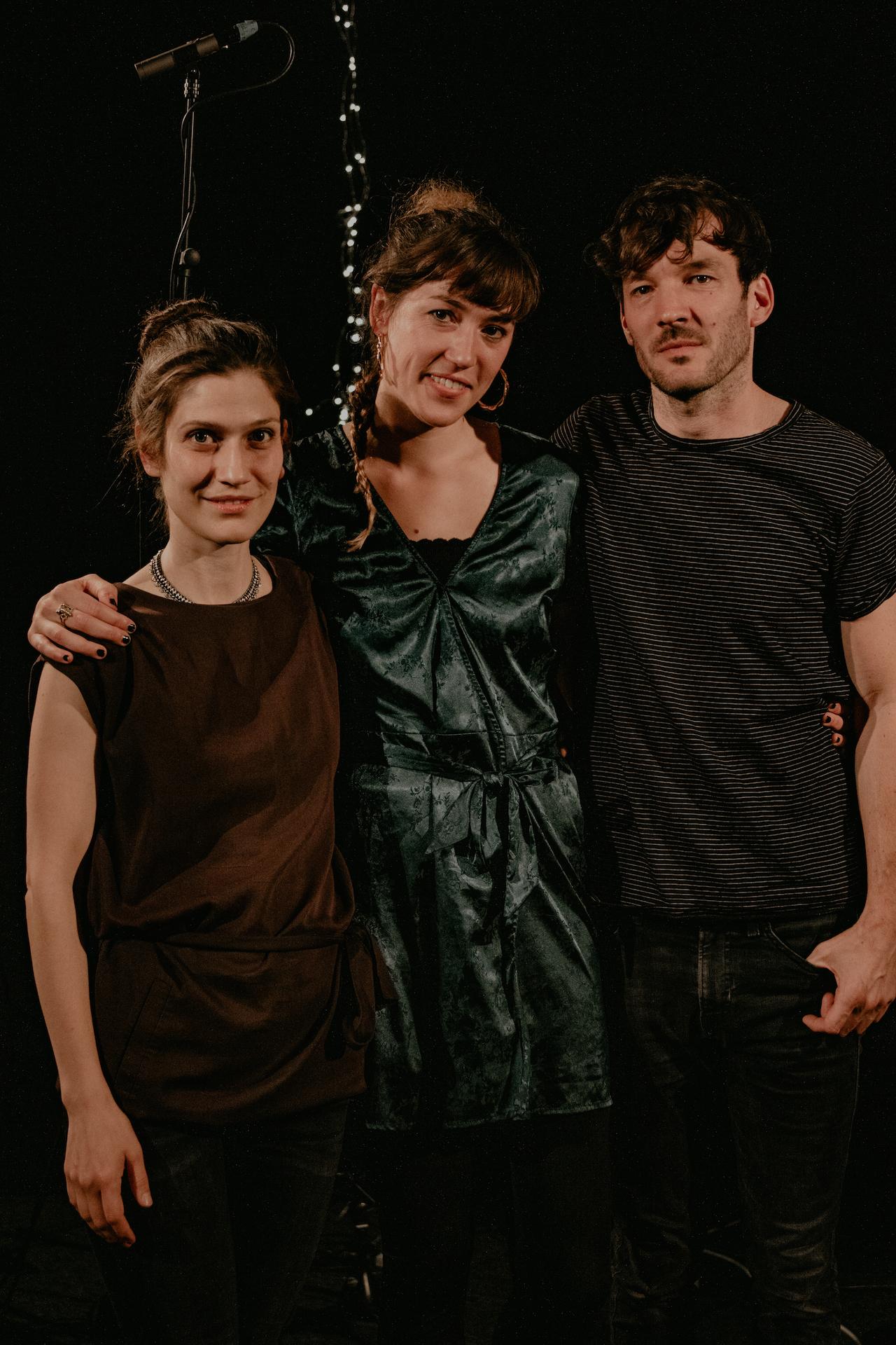 Johanna Amelie (Mitte) bei Fritz Unsigned mit Alin Coen (links) und Fabian Stevens (rechts)