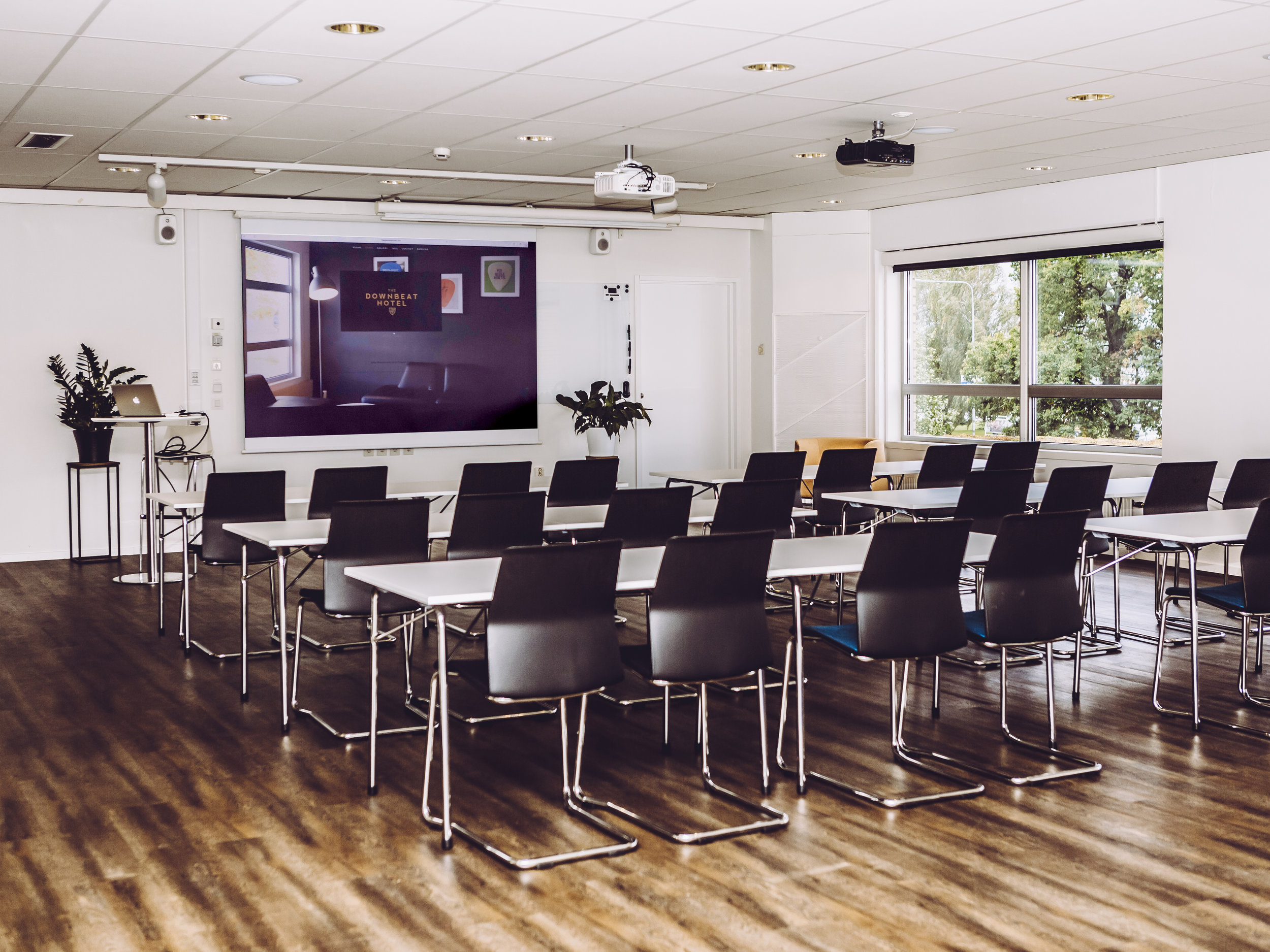 Vi erbjuder färdiga konferenspaket – allt från heldagskonferenser till expressmöten efter dina önskemål - I nyrenoverade, ljusa lokaler med modern utrustning och personlig service ser vi till att du kan hålla konstruktiva möten, kreativa workshops och inspirerande föreläsningar.