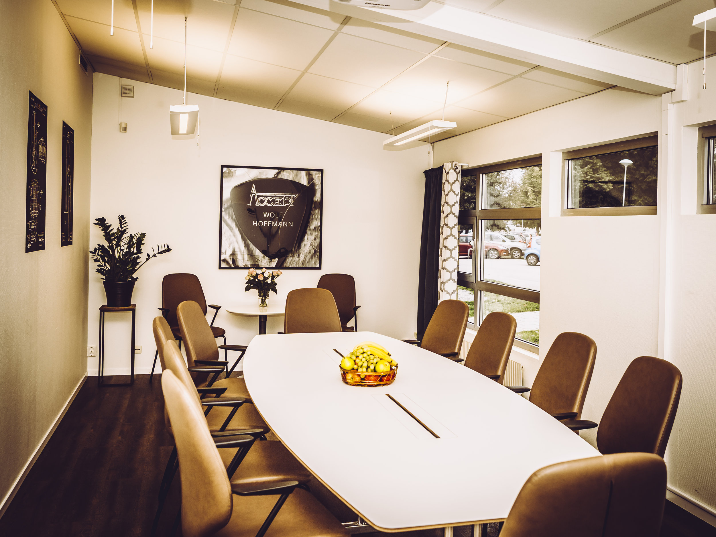 Håll ditt styrelsemöte i vår lilla lokal. - Här finns plats för 12 personerVår stora lokal rymmer upp till 70 personer