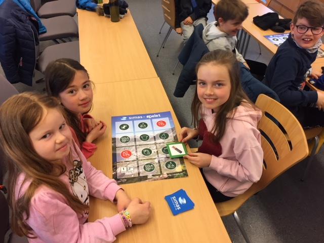 Elevane får spele SIMAS sitt sorteringsspel.