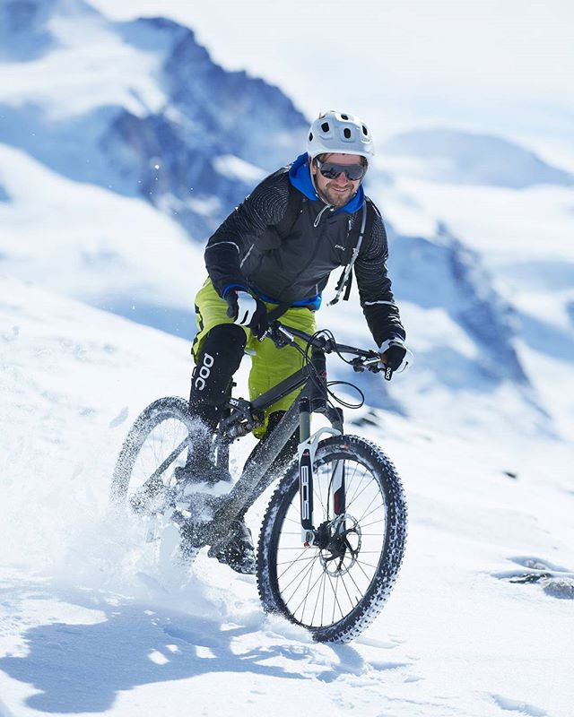 While winter is making an appearance here in Zermatt, we don't want to stop shredding! 📸 Jakob Helblig  #snowbiking . . . . . . . #mtbswitzerland #mtbzermatt #bikezermatt #bikeswitzerland #trekbikes #trekremedy #shimanoxt #trailbike #mtbguide #bikeschoolviews #rideyourbike #gornergrat #view #bestmountainbiking #matterhorn #alps #singletrail #ridewithguide #trekslash #snow #rideyourbike #lifebehindbars #winterbike
