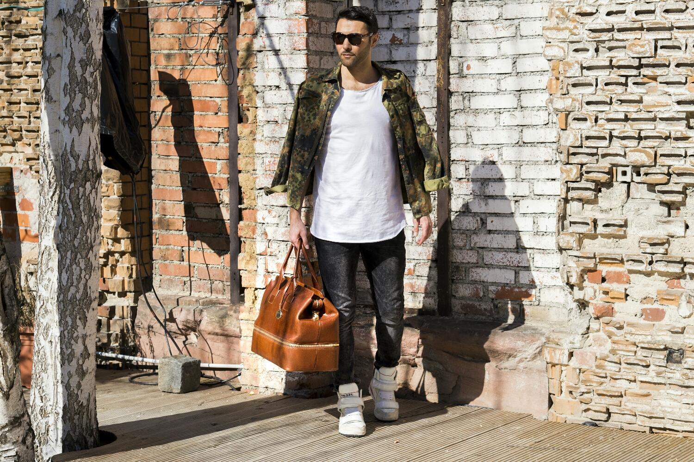 Tasche: Caladan  Shirt: be famous   Hose und Schuhe: Diesel  Jacke: Bundeswehr