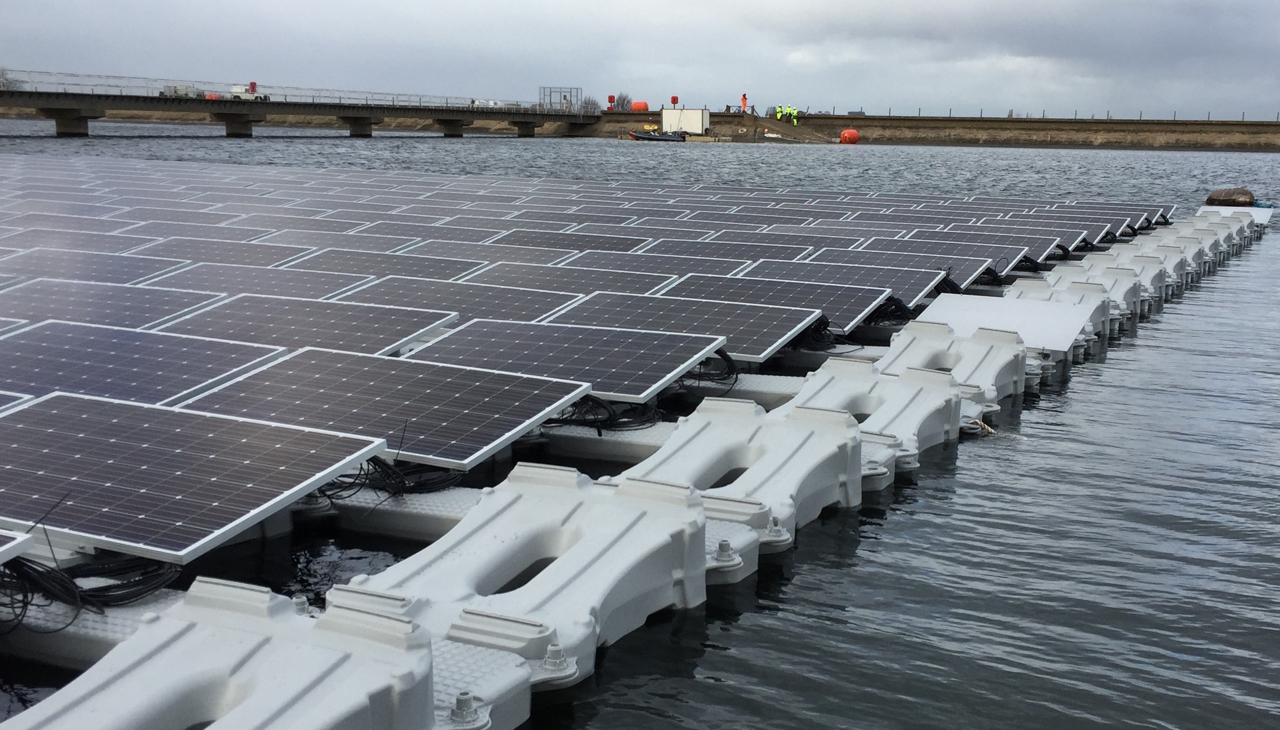 QE2 floating photovoltaic system - during assembly