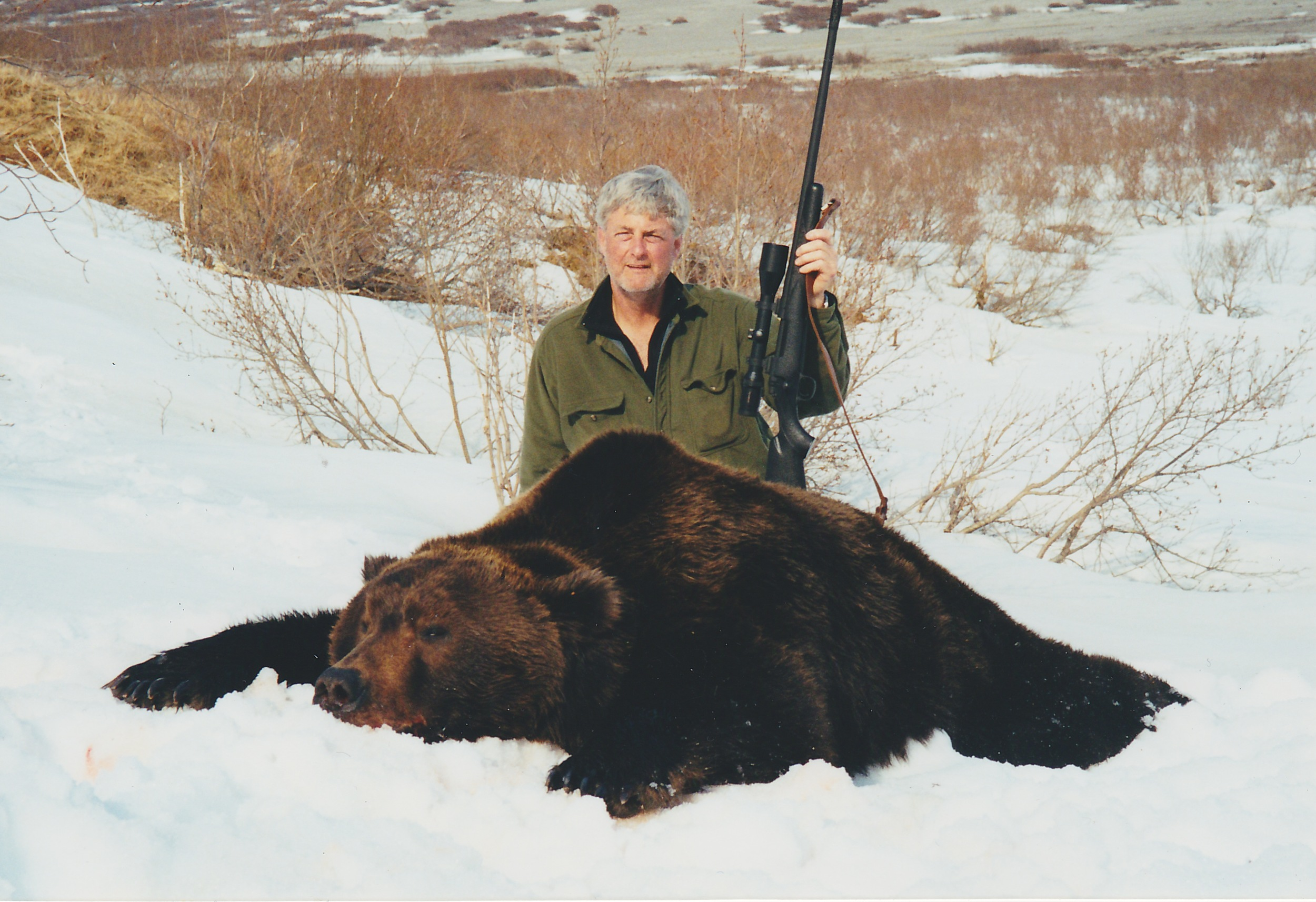 Tom with his beautiful 10' brown bear