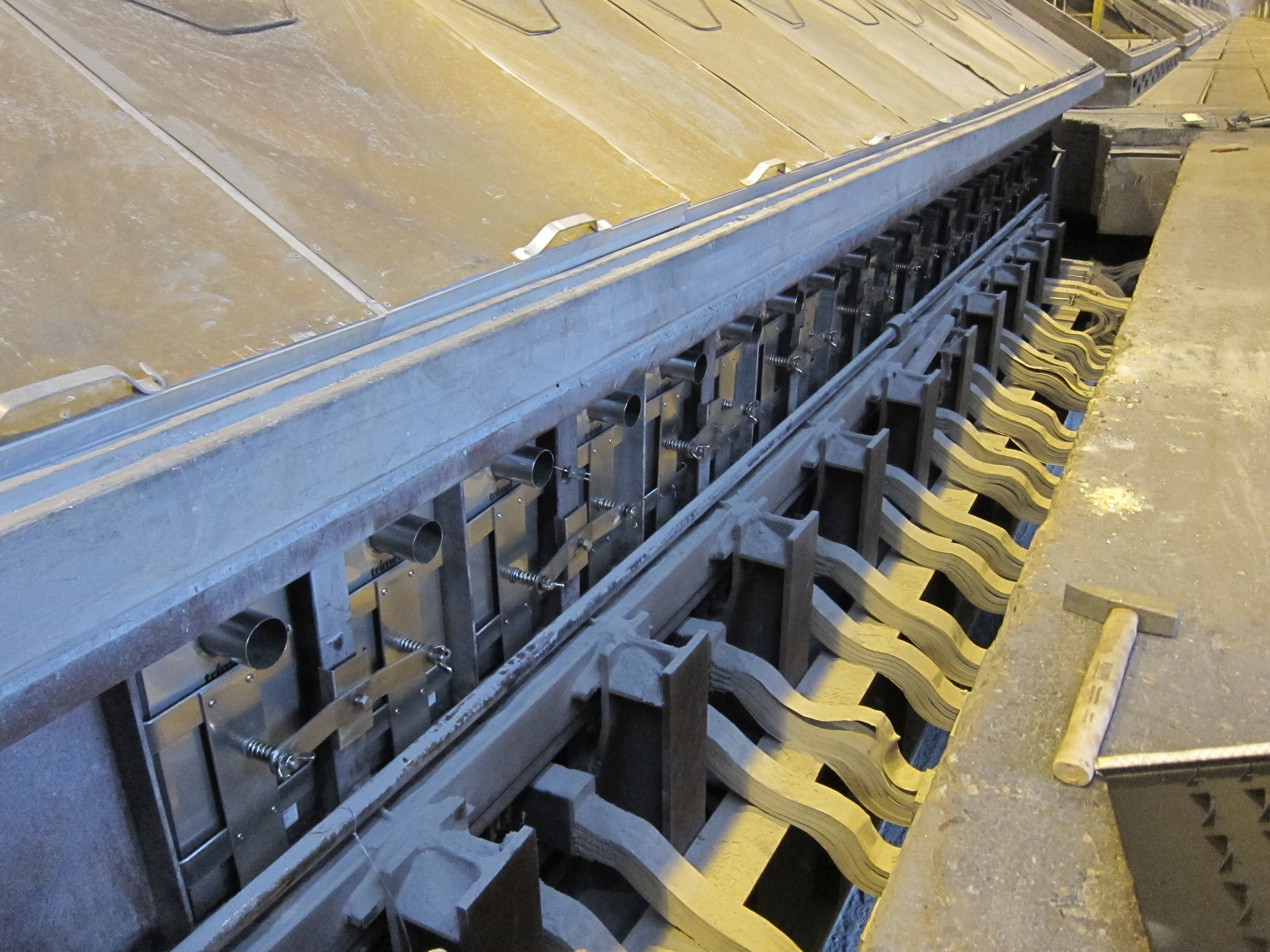 Energia Potior engineers customise EnPot design to each smelter to ensure maximum performance without disruption to existing operations. Smelter potline operators remark how once installed they hardly notice the system is there.
