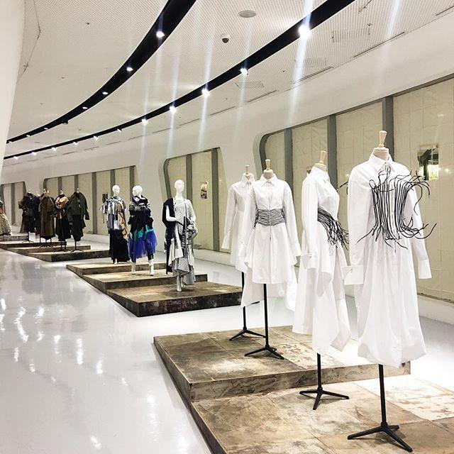 "Kicking off Seoul Fashion Week with Rubina's ""Endless Journey"" exhibition 👏🏻 #SFW"