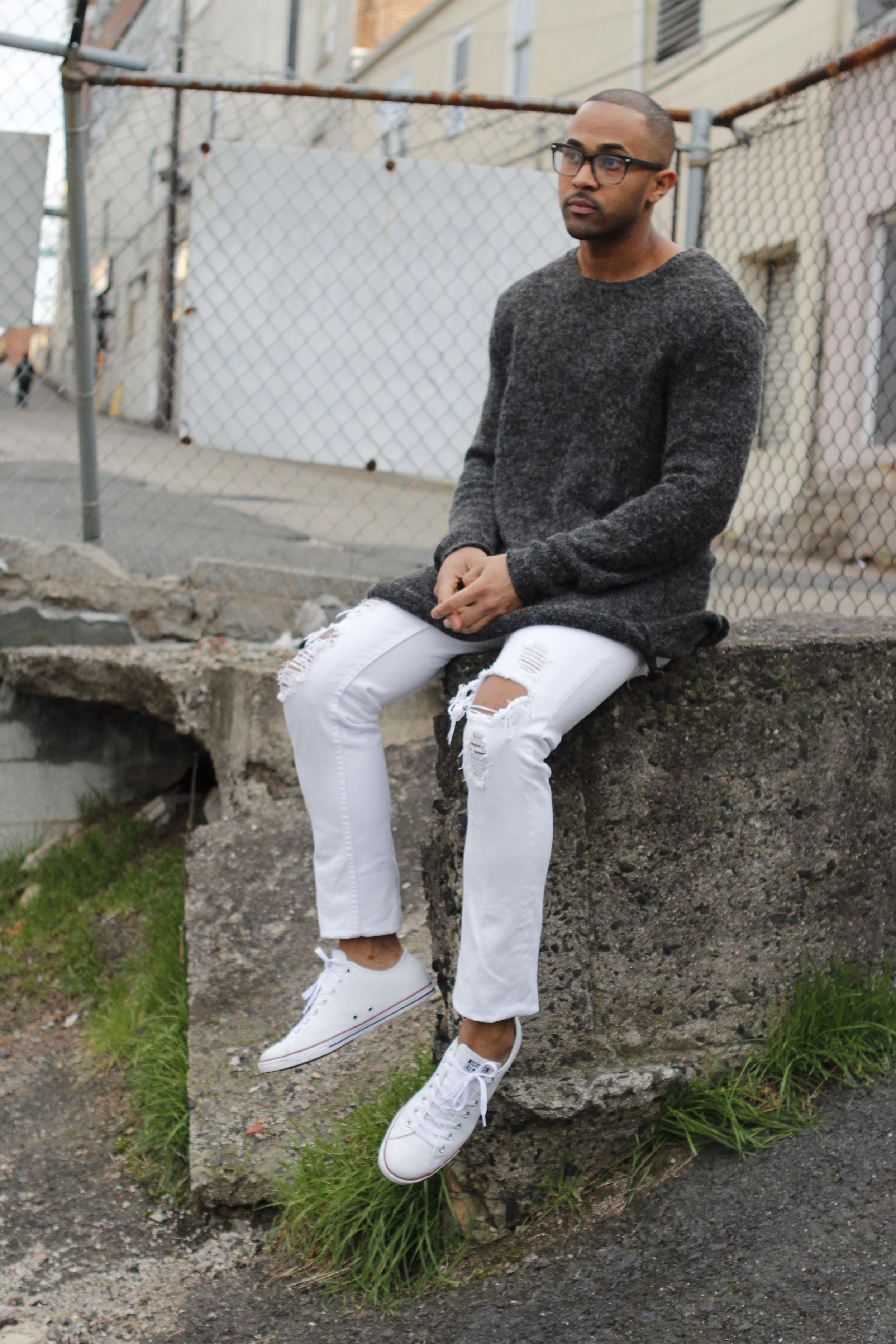 Oversized sweaters can be worn with anything, even my comfy converse...  Este tipo de sweaters pueden usarse casi con cualquier cosa, hasta mis converses que son bien comodos...