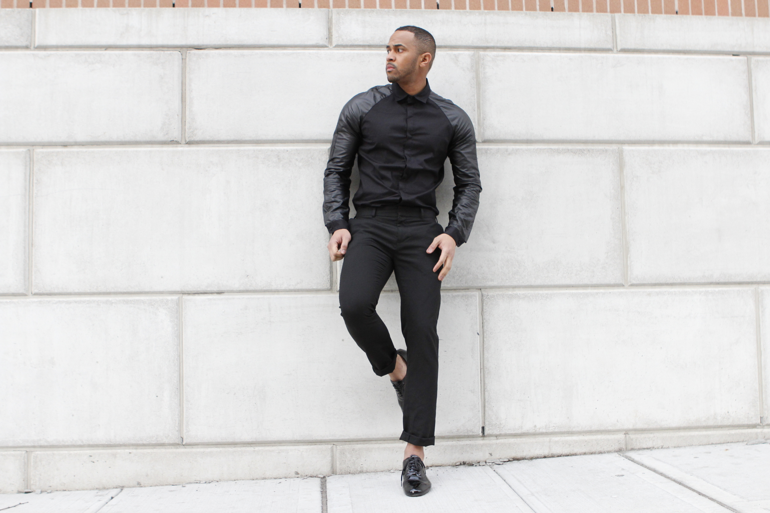 This shirt with leather sleeves brings all the attention to this outfit.  **  Esta camisa con las mangas en cuero llaman toda la atencion del outfit.