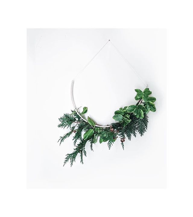 Oh...hello IG buddies. It's been far too long. This has been a very, VERY busy year. In another few weeks I will be in my first home and in a month, sitting at the work tables at @westelmalbany for my third year at wreath making. Three is a charm?🤞 - . This is one of my little protos made during a dinner/wreath date with my neighbor as my last hurrah until I'm really packed up. I have this up briefly maryritzel.com/calendar but I'll fill out details in the next couple days. It's not lost on me that I'm making holiday decorations when Halloween hasn't happened yet but I have to say, I'd be happy with Christmas everyday! . . . #makersmarket #lookwhatwemade #craft #makeworkshop #slowcraft #womenincraft #winteriscoming #scandinavianstyle #hyggehome #westelm #slow #minimal #interiorlovers #home_and_living #howwelive #sweetdreamsdlf #homestyle #holiday