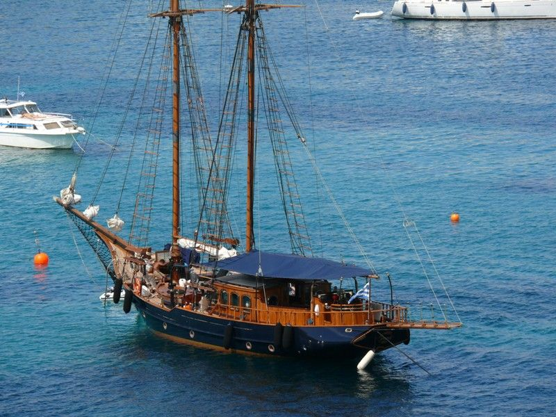 N  othing more beautiful than spending the day on a  classic schooner in the waters of Greece
