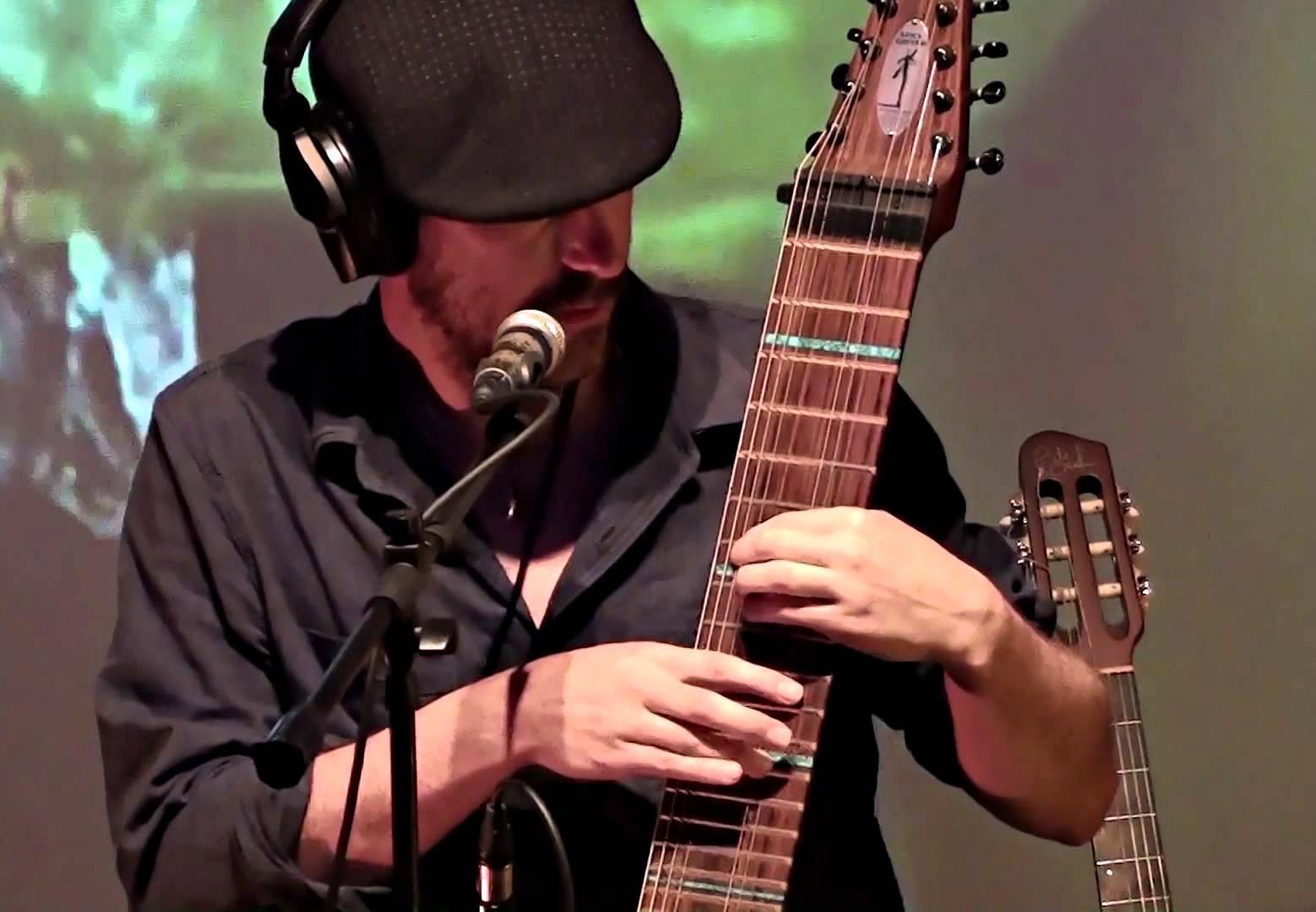 """Jero Castellá - Es un músico multiinstrumentista, productor musical, técnico de sonido y profesor de guitarra nacido en Tiana (Barcelona). Sus influencias son muy diversas, experimentado con diferentes estilos modernos rock, blues, funk, pop, jazz, new age….En sus inicios en la adolescencia empezó tocando la guitarra eléctrica estilo pop-rock, actuando solo y acompañando a cantautores. Posteriormente combinó sus estudios de imagen y sonido con los de música moderna en EMMB (Badalona). En 2002 crea su estudio de grabación Jerosound en el que graba, colabora como productor y músico de sesión y hace de técnico de sonido en actuaciones en directo del panorama musical. En 2005 termina la titulación profesional de guitarra clásica con Marcos Villanueva en el Conservatorio del Bruc de Barcelona. Ha estudiado diferentes estilos vocales, con profesores como Esteve Genís, Carles Comalada y Thomas Clements, quien le acercó a la música de otras culturas y en especial al canto tradicional de la India. Su carrera como compositor empezó con las bandas sonoras de películas. La primera """"Contrareloj"""" de Dani Vela fue premiada en el festival de Girona (1996). También hizo varias sintonías para teatro y Tv, colaborando con Marduix en """"Impressions"""" (2006) y Comediants en """"Numeralia"""" (2008). Trabajó como compositor y montador musical de Tv en Vía Digital y Canal Plus. Además de su pasión por la guitarra se enamoró de un instrumento innovador y singular llamado Chapman Stick, gracias a sus 12 cuerdas y la técnica tapping le ha permitido profundizar en nuevas búsquedas de sonoridades propias. En 2004 crea su primera banda de rock progresivo Y3 junto a Antonio del Río a los teclados y Xevi Noè a la batería. En 2007 junto con el batería Juan Perusin creó Barnatic, un dúo pop-rock en el que fusionaron sus dotes polinstrumentistas grabando el Cd"""