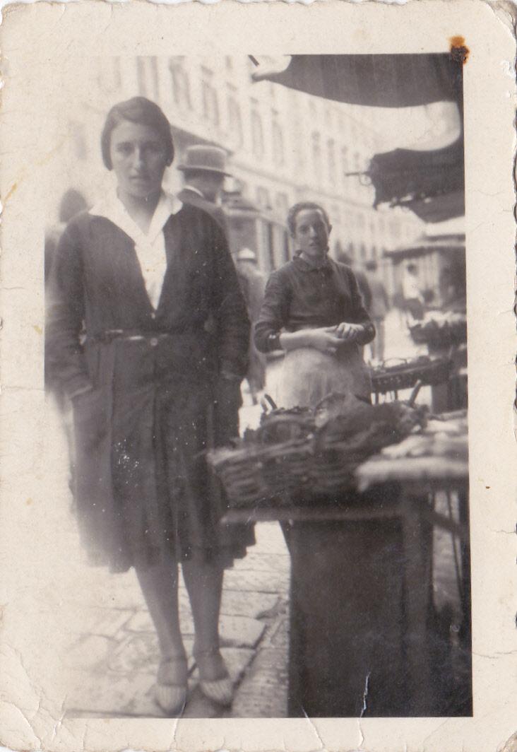 1930 – Caterina in Ciappa Vegia, sullo sfondo i Portici Filippo Turati e in primo piano le ceste di pesce sui banchi