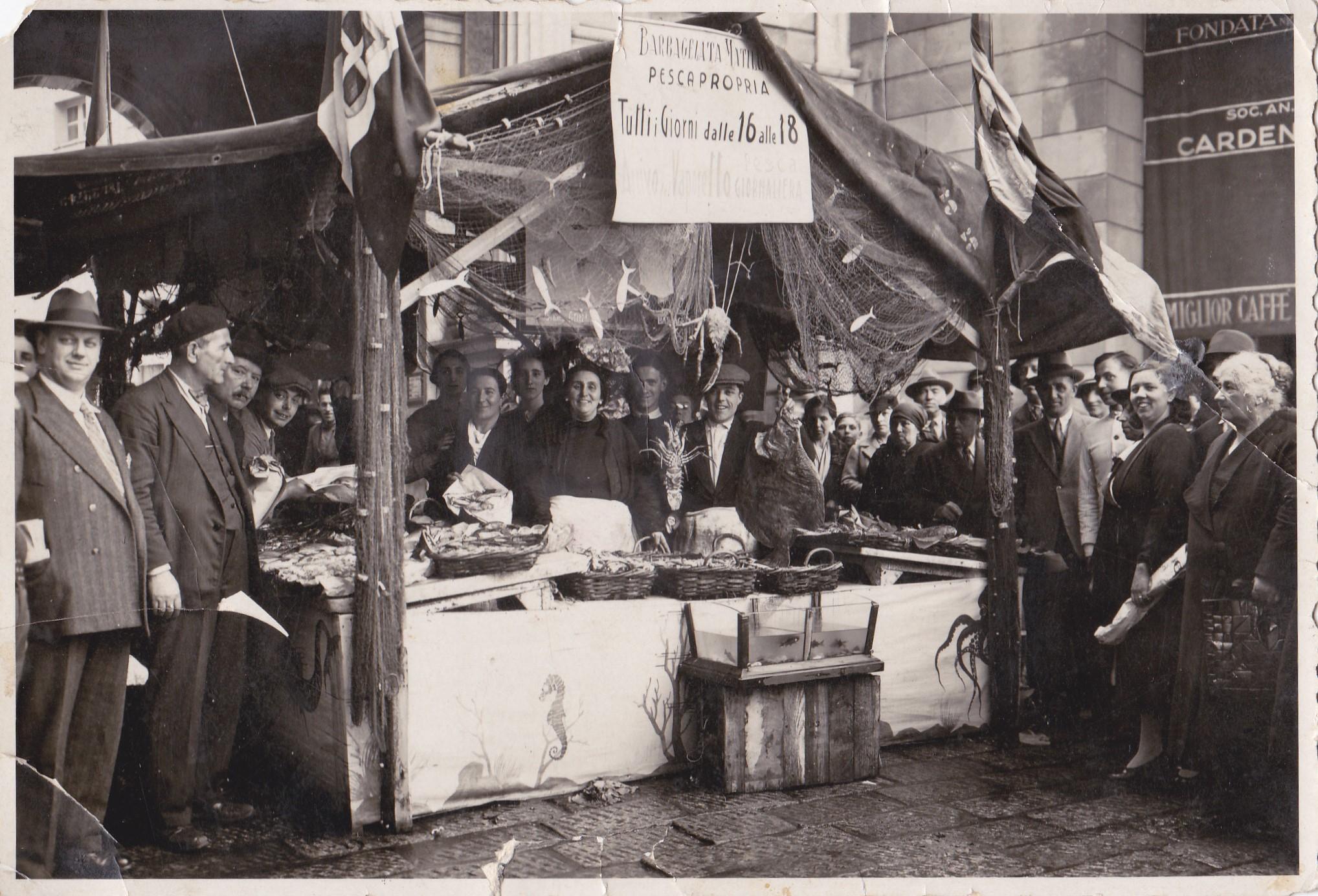 1924 – Matilde Barbagelata a una fiera in Piazza de Ferrari con il suo banco, allestito a regola d'arte