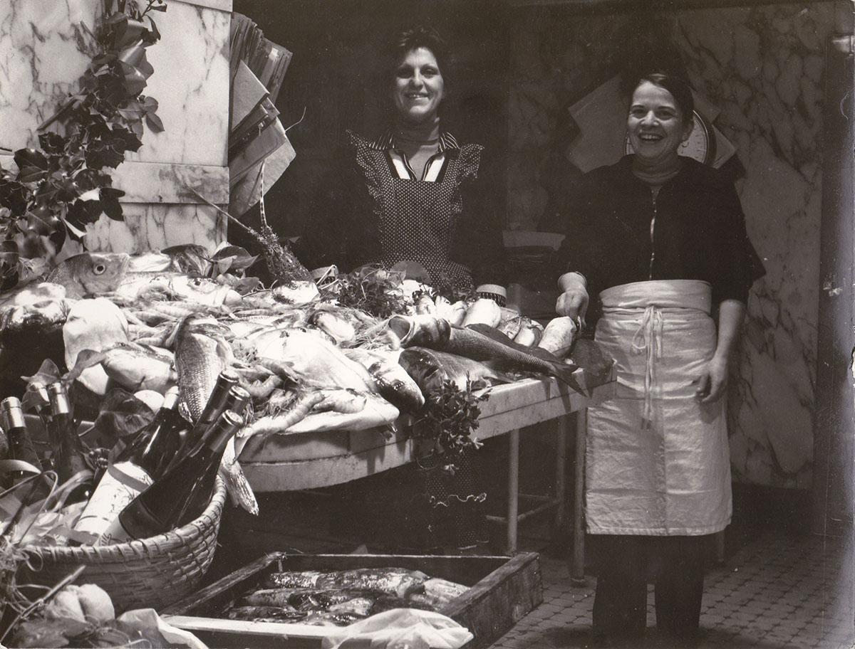 1975 - nostra madre Matilde Vallarino e una sua collaboratrice nel negozio di via Colombo, durante il periodo natalizio.
