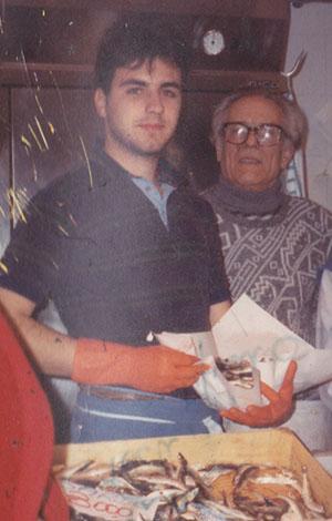 1990 – Matteo Conti diciannovenne sul banco del Mercato di Piazza Scio con un collaboratore