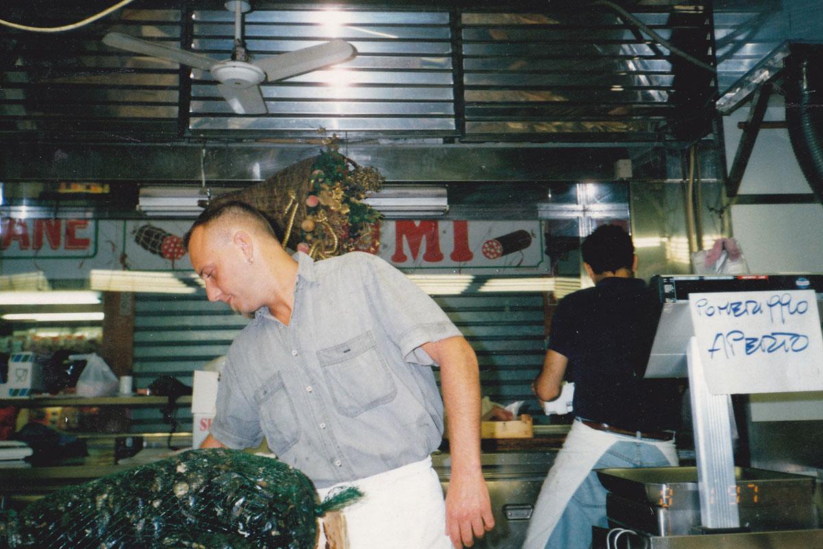 1995 -  Lorenzo Monai sul banco del Mercato Orientale, sullo sfondo Matteo Conti