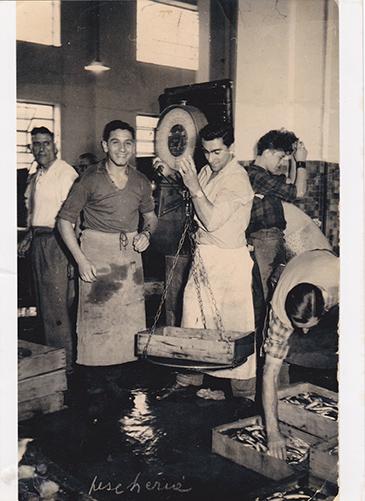 1955 - a sinistra nostro padre Gian Carlo Conti e nostro zio Franco Vallarino, sul mercato all'ingrosso del pesce in Piazza Cavour. Come bilance si usavano ancora le stadere.