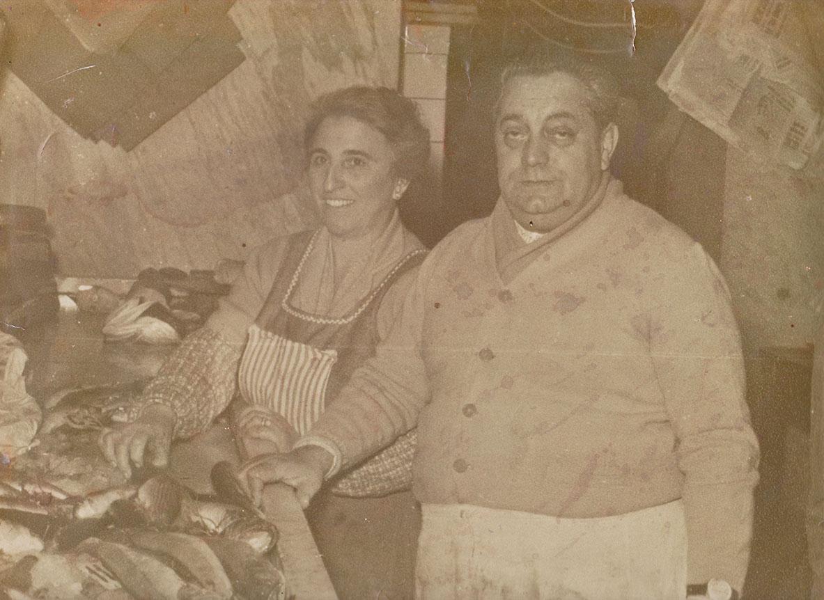 1955 – I nonni Caterina Pedemonte e Armando Vallarino nel negozio di Santi Giacomo e Filippo