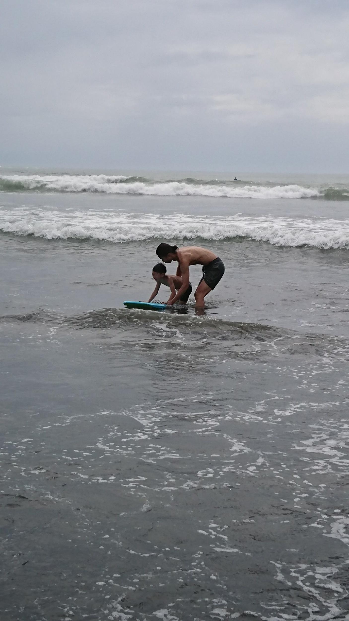 サーファーの兄貴たちに、  誰にも負けない強い子に鍛えられますように    ママより