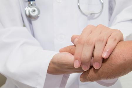 43763052_S_doctor_patient_shaking_hands_senior.jpg