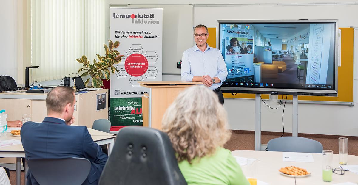 Sebastian Degen erläutert die Vorzüge der neuen Lehrmittel für modernen Unterricht