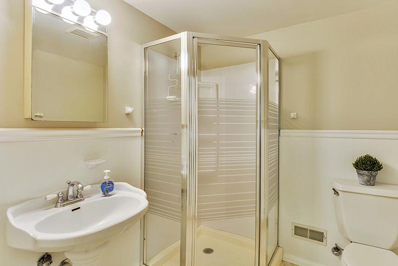 Lower Level-Bath-DSC6123.jpg