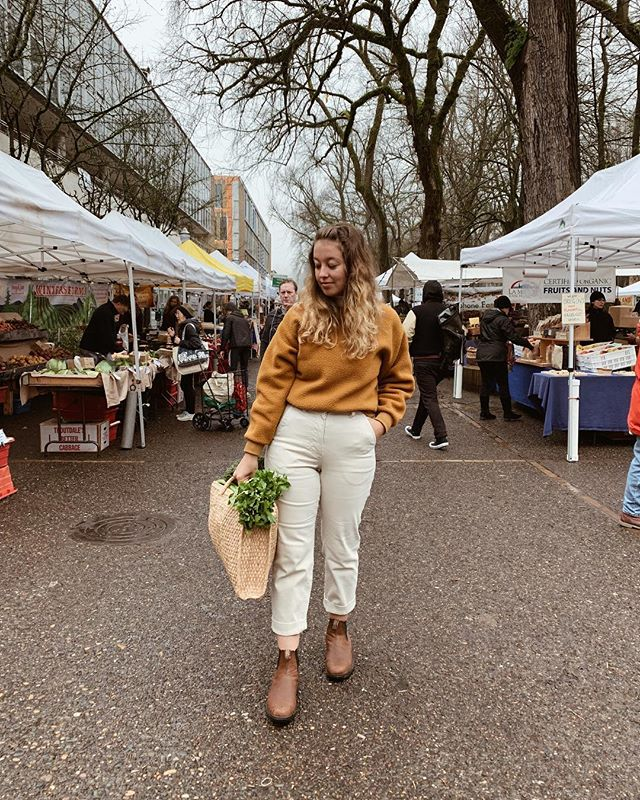 Back home and first things first, trip to the Farmers market! It's a cold and foggy morning here in Portland but I'm bringing some summer color with me today with this @everlane Renew fleece. And I didn't think about the mud before wearing white pants 😂