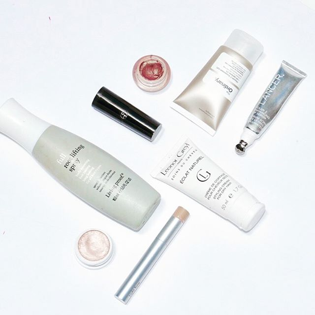 Pop Quiz! Which one is recyclable? ⠀⠀⠀⠀⠀⠀⠀⠀⠀ With beautiful products comes beautiful packaging, most of which can't be recycled. ⠀⠀⠀⠀⠀⠀⠀⠀⠀ Let's be more conscious of the packaging choices we make as consumers AND brands! The industry needs change. ⠀⠀⠀⠀⠀⠀⠀⠀⠀ #productjunkie #recycle #beautyempties #consciousbeauty #greenmakeupartist #beautypackaging #gogreen #ecobeauty #cleanbeauty #sustainablebeauty