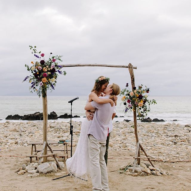 I think we nailed this #bohobeachwedding vibe this bride was going for.  Coordination: @lovehermadlylb  Photo: @marbleryephoto  Flowers: @sweetsageevents