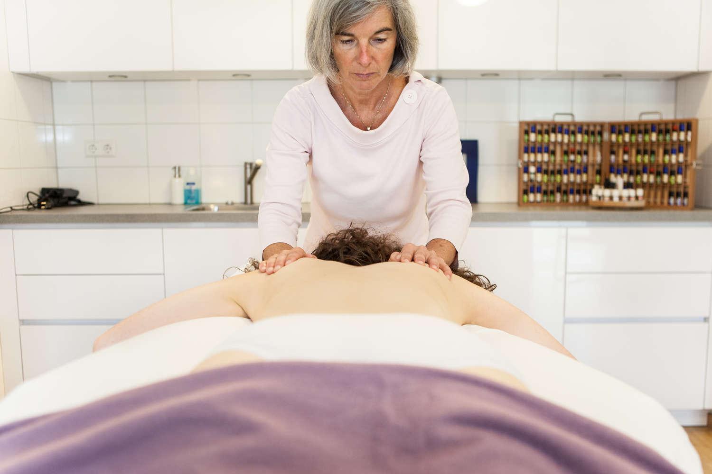 Schwingkissen-Therapie  die Wirbelsäule wird sanft in Schwingung gebracht