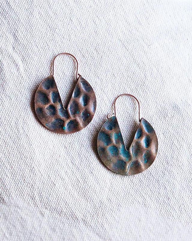 V // • • • • • #wirewrapping #jewelrymaker #shopsmall #girlboss #shopetsy #shoplocal #shopgal #etsydallas #makersmovement #mala #bossbabe #druzy #geode #crystalquartz #bohemian #mixedmetals #dallastx #dallasblogger #handmade #etsy #supportmakers #wire #copper