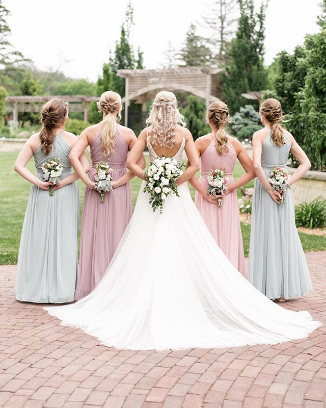 Mismatched bridesmaids, I love this trend and hope it continues! 😍 What have been some favorite color combos that you have seen for bridesmaid dresses?