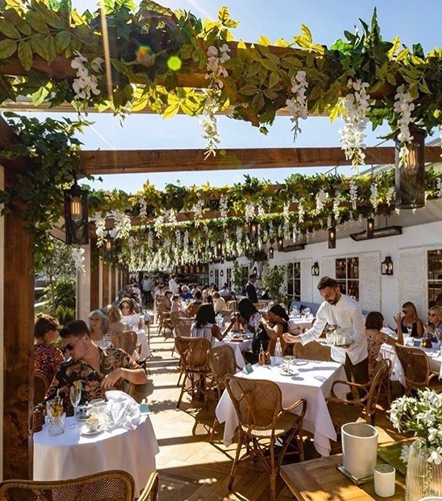 Saturdays in the sunshine 🙌 Life really doesn't get much better than this! • It's glorious weather here in London •  If you're yearning for somewhere leafy and cool and a little bit secret, you'll love this hidden gem• @alto_selfridges is the loveliest rooftop restaurent hidden at the top of the store - serving al fresco breakfasts and great tasting lunches and dinners. The menu is Italian themed • Dreamy for cocktails and stunning sunsets too 🍹 Take the express lift, from the ground floor and voila! • You're suddenly in a magical world!