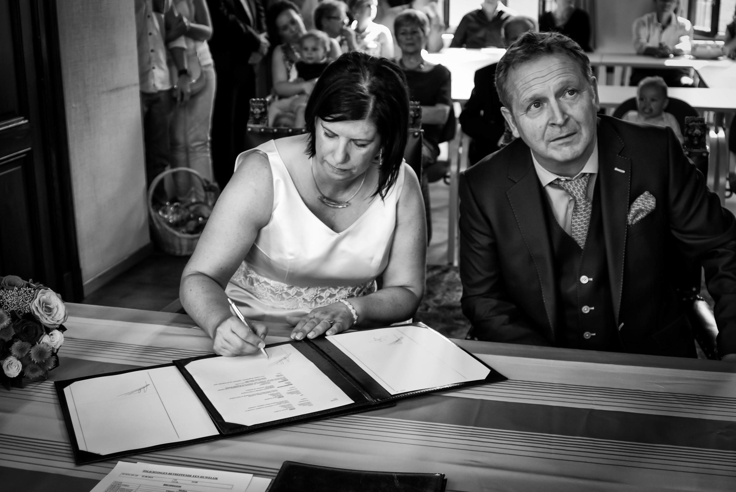 Viewfinder_huwelijksfotografie_huwelijksreportage_7_snelle_tips_gemeentehuis_tekenen_bruid.jpg
