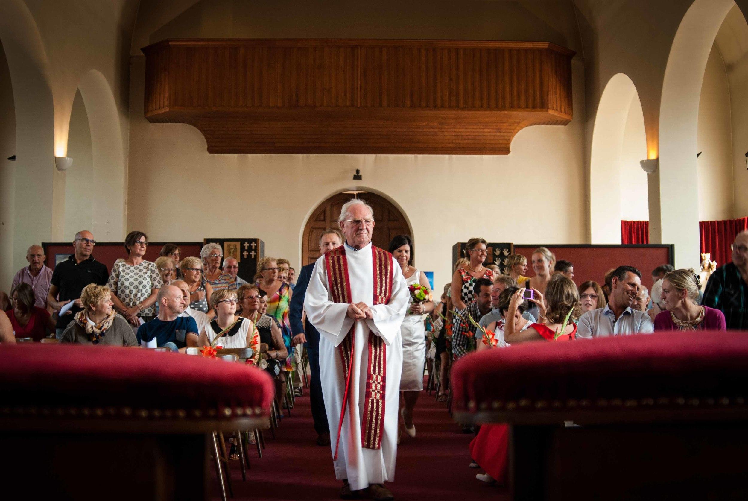 Viewfinder_huwelijksfotografie_huwelijksreportage_7_snelle_tips_kerk_priester_intrede.jpg