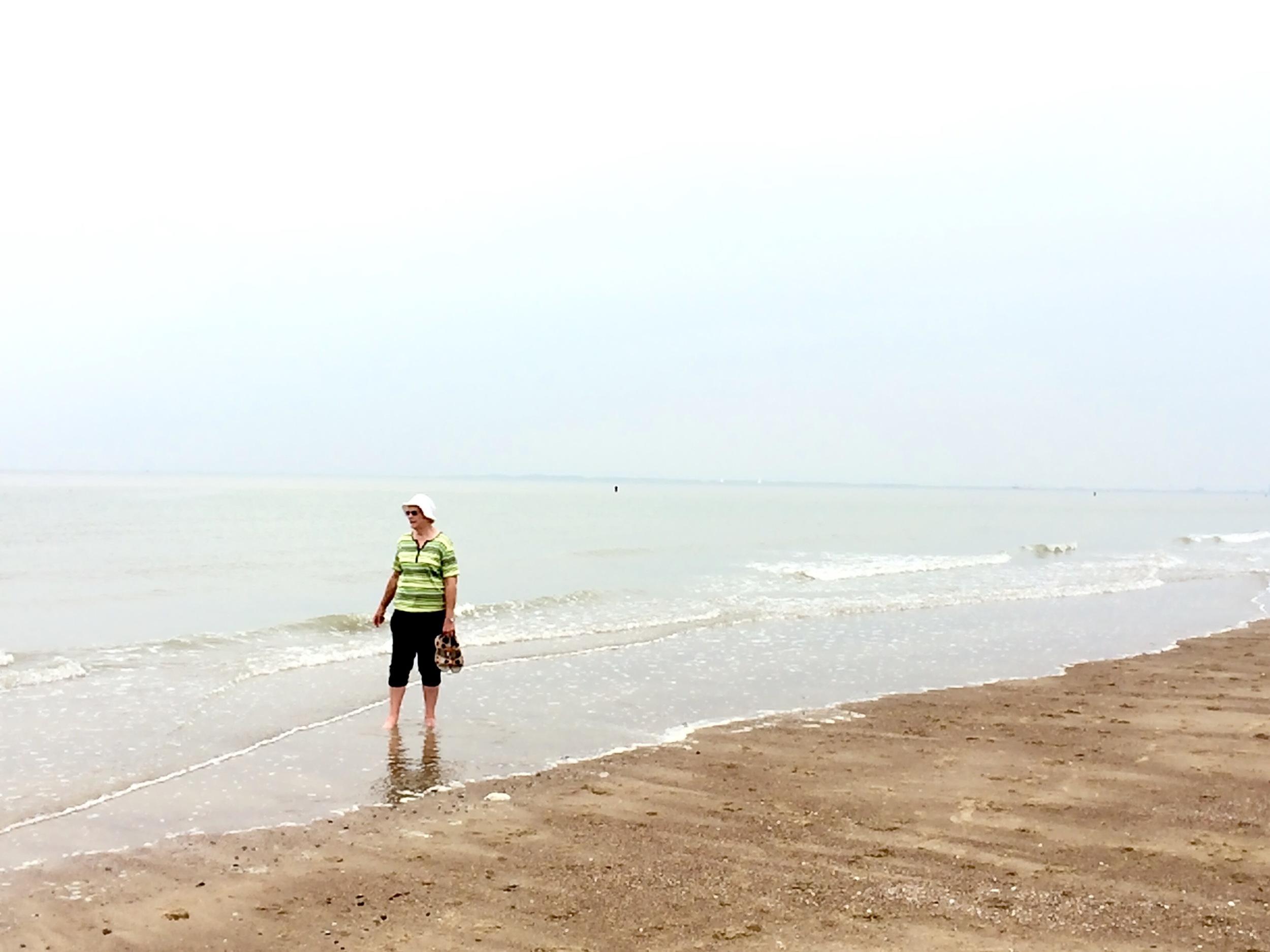Viewfinder - damen in groen - strand Cadzand