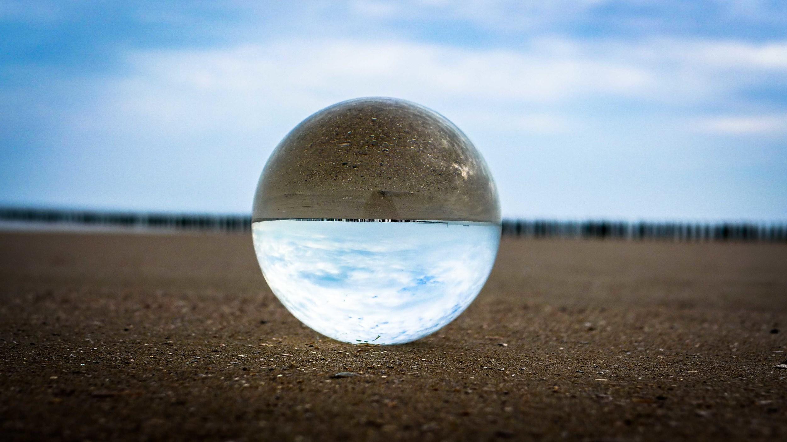 Viewfinder-kristallen-bol-eigenzinnige-fotografie-strand-golfbreker-1